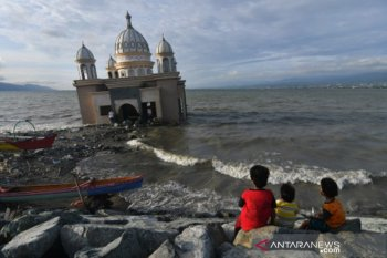 Ngabuburit di Masjid Terapung bekas tsunami di Pantai Teluk Palu