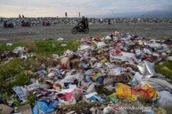 Penumpukan sampah di pantai wisata
