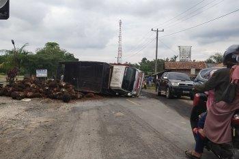 Truk sawit terbalik di tengah Jalan Lintas Sumatera wilayah Mesuji