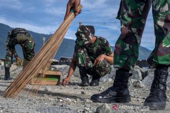 Aksi Bersih-bersih TNI AD di Pantai Talise Palu
