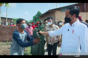 A Deli Serdang resident receives President Jokowi's jacket