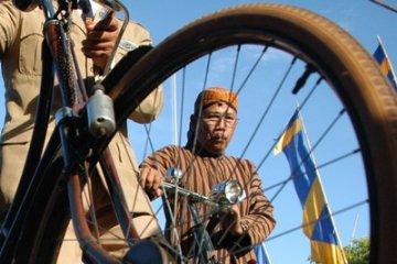Mengisi Aki dengan Menggowes Sepeda