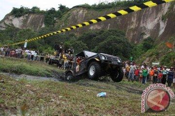 "Belasan mobil ""offroad"" terseret banjir bandang Hambalang"