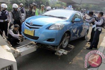 Polisi tindak 92 mobil karena parkir liar