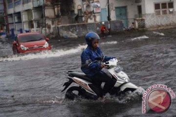 Pemkot Solok kerahkan mobil Damkar bersihkan lumpur banjir