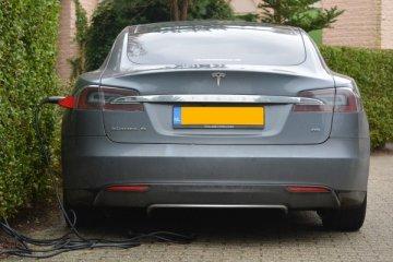 Tesla tarik 53.000 mobil karena rem tangan macet