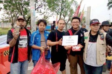 Komunitas otomotif berbagi takjil gratis untuk pengguna jalan