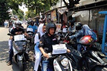 Angkot Cirebon mogok, relawan antar pulang pelajar gratis