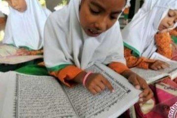 Tiga tahun mengajar di Riau, guru bahasa Arab dilepas ke Mesir
