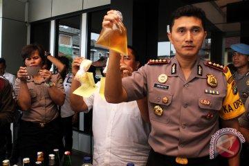 Polres Metro Bekasi bagikan oli khusus buruh