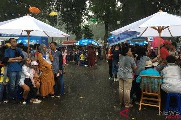 Hujan tak surutkan semangat pengunjung saksikan penutupan Asian Games