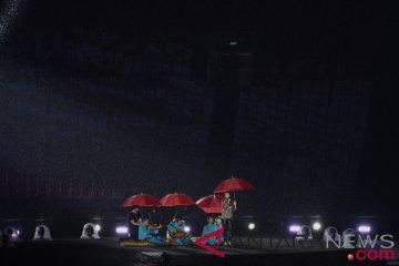 Atlet sejumlah negara pakai jas hujan saat pawai