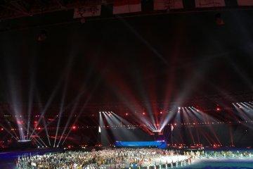 Atlet dan volunter membaur di pesta penutupan Asian Games 2018