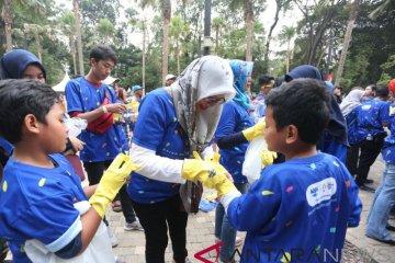 Ratusan relawan bantu bersihkan areal Gelora Bung Karno