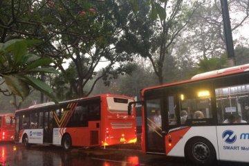 Atlet tertahan di bis akibat hujan deras guyur GBK