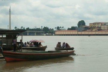 Perahu penyeberangan Sungai Batanghari