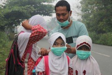 Pembagian masker di Aceh