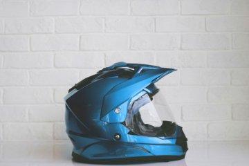 Jangan rendam busa saat mencuci helm, kenapa?
