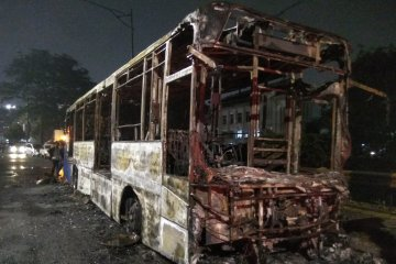 Bus Transjakarta terbakar diduga korsleting listrik
