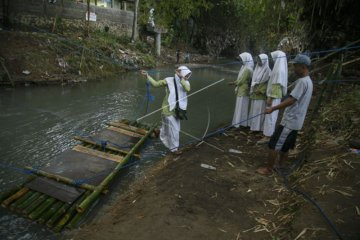 Jembatan Menuju Sekolah Putus Akibat Banjir