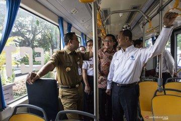 Anies melakukan pra uji coba bus listrik dari Transjakarta