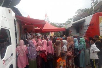 Warga Kota Serang mengantre di ATM untuk mengambil Jamsosratu