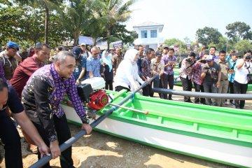 Penyerahan bantuan perahu motor pada nelayan Pandeglang