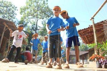 Permainan tradisional  anak-anak di taman bacaan