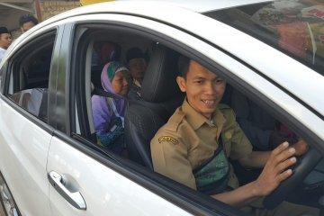 Calhaj Purwakarta diantarkan dengan kendaraan dinas