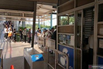 Penumpang TransJakarta antre beli tiket manual akibat listrik padam