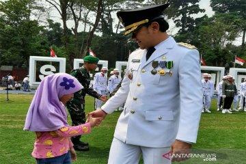 Wali Kota Bogor Bima Arya Sugiarto Menyalami Anak