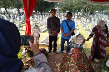 Adrie Subono tak masalahkan warga swafoto di makam Habibie