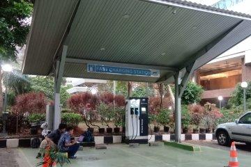 Mengisi baterai kendaraan listrik di SPLU BPPT masih gratis
