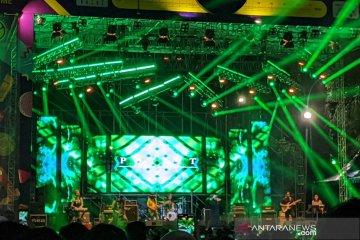 Kemarin, Aqua di 90s Festival hingga EXO ber-blangkon di konser
