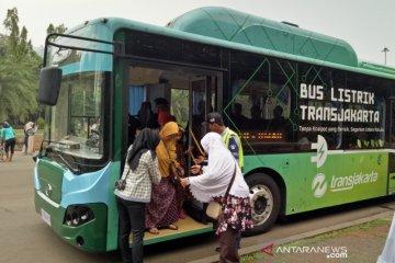 Kisah  pengunjung pertama kali jajal bus listrik di Monas