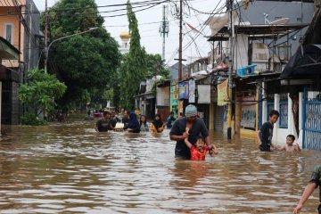 Kemarin, banjir melanda DKI Jakarta hingga SPBU Shell terbakar