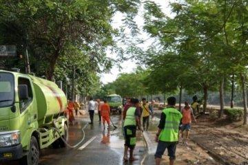 Delapan mobil tangki air diterjunkan bersihkan jalan dari lumpur