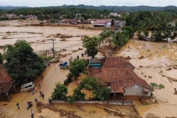 Puluhan kendaraan yang terseret banjir di Lebak belum dievakuasi