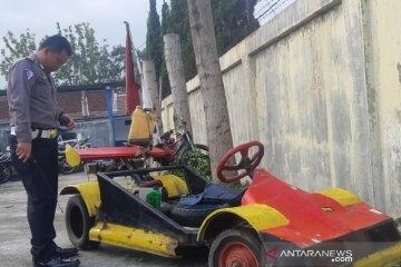 Polisi sita Vespa yang dimodifikasi menjadi mobil F1 di Garut