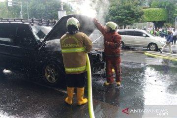 Sebuah mobil jeep terbakar di Cempaka Putih