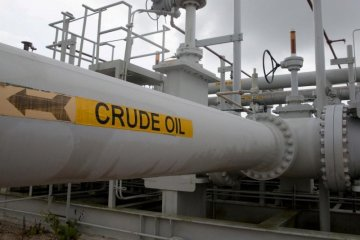 Harga minyak mentah berakhir sedikit lebih tinggi karena persediaan AS turun