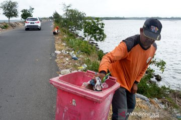 Sampah plastik pengunjung pantai