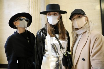 """""""Hand sanitizers"""" dan masker jadi aksesoris wajib di LFW 2020"""