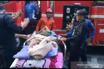 Lansia sakit diangkut mobil damkar terobos banjir di Kapuk