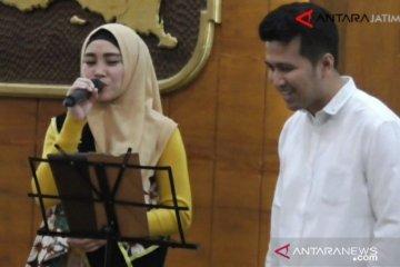 Tak Mau Kalah, Mama Tiara duet bareng Emil Dardak bawakan lagu BCL