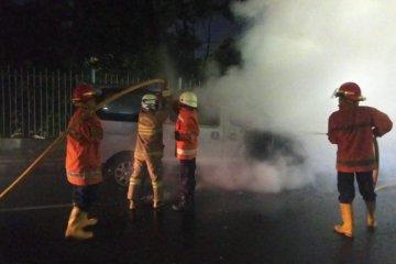 Mobil terbakar di Jalan DI Panjaitan dipicu korsleting