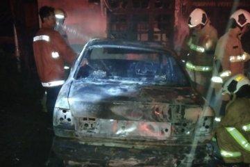 Damkar temukan benda serupa molotov dalam garasi dua mobil terbakar
