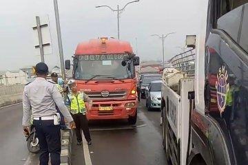 Truk BBM rusak roda picu kemacetan Jalan Layang Cipinang