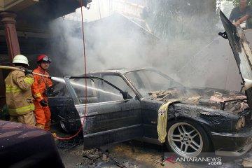 Mobil sedan terbakar di Balekembang akibat arus pendek