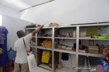 Foto - Penyemprotan desinfektan kamar asrama Pesantren Al Islam Kabupaten Gorontalo